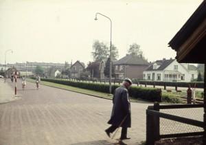 Deze foto is in 1960 genomen vanaf het seinwachtershuisje op de hoek van de Soerenseweg. Op de plek van het rijtje huizen aan de overkant staat nu de Lodewijkveste. (bron: CODA Beeldarchief)