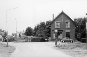 Hoek Koning Lodewijklaan - Badhuisweg, 1969. De straat is aan deze kant nog niet doorgetrokken naar de Sumatralaan. Het huis aan de Badhuisweg staat er nog steeds. (bron: CODA Beeldarchief)